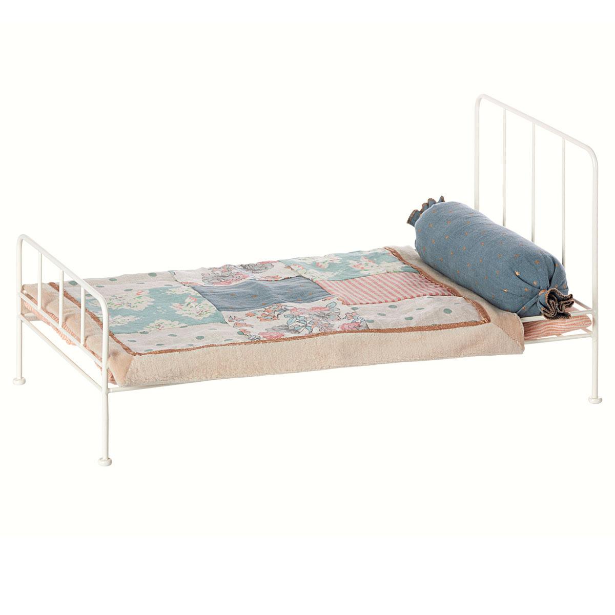 maileg puppenhausm bel metall bett mittelgro weiss 11. Black Bedroom Furniture Sets. Home Design Ideas